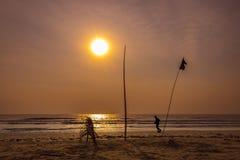 跑在海滩的人剪影反对在s的日出 免版税库存图片
