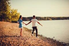 跑在海滩的夫妇 图库摄影