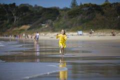 跑在海滩的女孩 免版税图库摄影