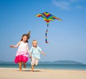 跑在海滩的孩子 免版税库存照片
