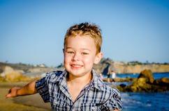 跑在海滩的小男孩 库存图片