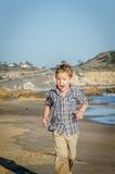 跑在海滩的小男孩 免版税图库摄影