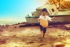 跑在海滩的小男孩 免版税库存照片