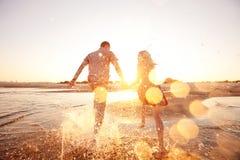 跑在海滩的夫妇