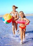 跑在海滩的孩子。 库存图片