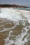 跑在海滩的波浪 塔拉贡纳,西班牙 免版税库存图片