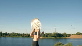 跑在海滩附近的运动妇女 女性赛跑者跑步 室外锻炼 股票录像