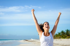 跑在热带海滩的成功的运动的妇女 免版税库存图片