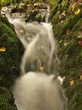 跑在石渣和石头的小河被弄脏的蓝色波浪。  免版税库存图片