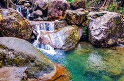 跑在石头之间的美丽的山小河 免版税图库摄影