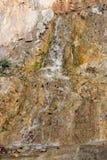 跑在石头的一条小山溪 免版税库存图片