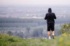 跑在秋天,冬天早晨期间的运动年轻人 健康生活方式 免版税库存图片