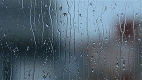 跑在窗玻璃下的雨下落 影视素材