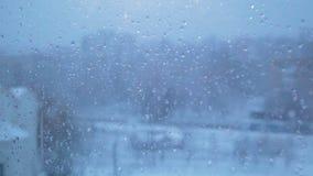 跑在窗玻璃下的雨下落 股票录像