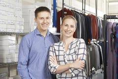 跑在线时装业的夫妇 免版税库存照片