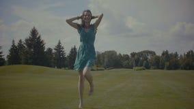 跑在绿色领域的无忧无虑的赤足妇女 影视素材