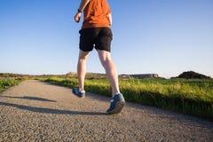 跑在自然的运动年轻人 健康生活方式 库存照片