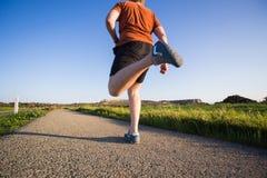 跑在自然的运动年轻人 健康生活方式 免版税图库摄影
