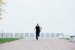 跑在自然的运动年轻人 健康生活方式 免版税库存照片