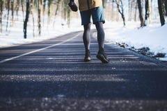 跑在自然的运动年轻人 健康生活方式- Bu 库存照片
