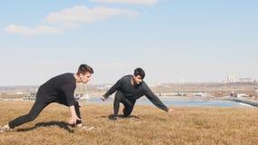 跑在草和同步执行把戏的两个人 股票视频