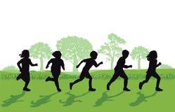 跑在草的儿童剪影 库存照片