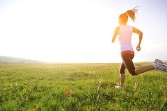 跑在草的赛跑者运动员 免版税库存图片