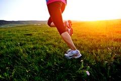 跑在草的赛跑者运动员 免版税库存照片