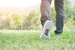 跑在草的年轻人 免版税库存图片