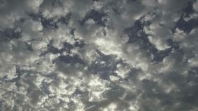 跑在蓝天的白色云彩 股票视频