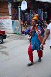 跑在街道上的未知的Sadhu修士在Thamel市场 库存照片