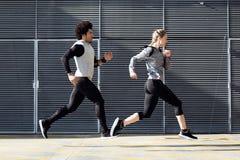 跑在街道的适合和运动的夫妇 免版税库存照片