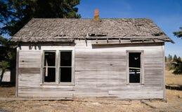 跑在被放弃的农厂议院被漂白的烂掉木头下 免版税库存照片