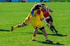 跑在西班牙罗马尼亚比赛期间的橄榄球球员 免版税图库摄影