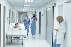 跑在走廊的医疗队在医院 库存图片