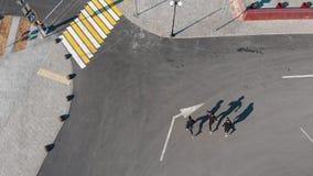 跑在路和到执行的三运动年轻人把戏 影视素材