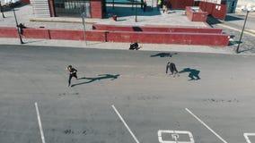 跑在路和执行把戏的三运动年轻人 r 股票视频