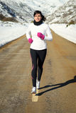 跑在路的冬天的妇女 库存图片