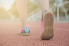 跑在路的运动的妇女 免版税库存图片