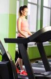 跑在踏车的健身女孩 免版税库存照片
