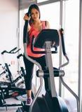 跑在踏车的活跃少妇在健身房行使 免版税库存图片