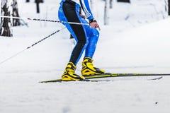 跑在轨道侧视图的滑雪者男性运动员 库存图片