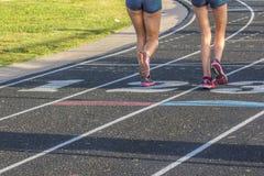 跑在轨道的两位运动员 免版税库存图片