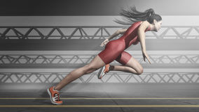 跑在轨道的女子运动员 免版税库存图片
