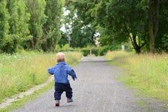 跑在轨道的孩子 图库摄影