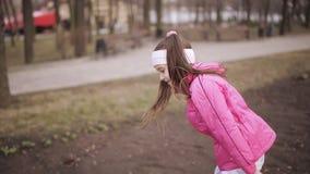 跑在遏制的小女孩在公园和笑 股票视频