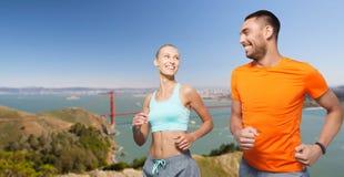 跑在金门桥背景的夫妇 库存照片