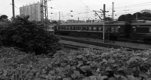 跑在铁路的古板的旅客列车 免版税库存图片