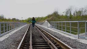 跑在铁路的愉快的十几岁的女孩 影视素材