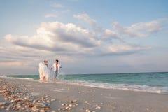 跑在阳光下的一对已婚夫妇 免版税库存图片